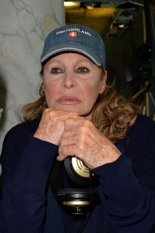 Takhle vypadá první Bond girl v 78 letech.