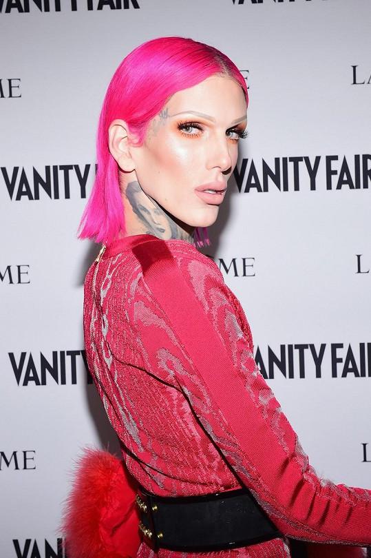 Youtubový kanál Jeffreeho Stara sleduje 14,7 miliónů lidí, které fascinují jeho make-up tutorialy.