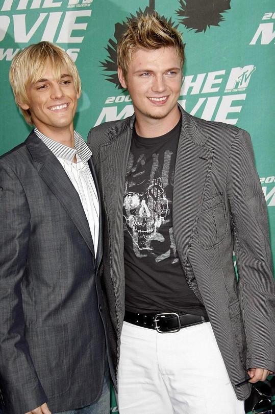 S bratrem Nickem na archivním snímku