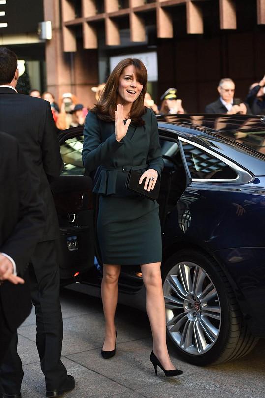Krátké šaty měla Kate pod kontrolou.