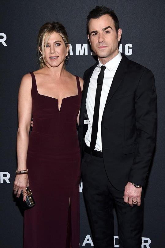 Jennifer Aniston tvoří manželský pár s Justinem Therouxem.