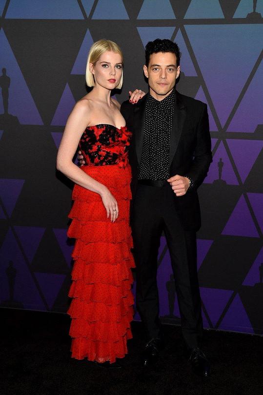 Snoubenci z filmu Bohemian Rhapsody Rami Malek a Lucy Boynton jsou pár i ve skutečnosti. Bok po boku zavítali na předávání filmových cen (Governors Awards) v losangeleském Hollywood & Highland Center.
