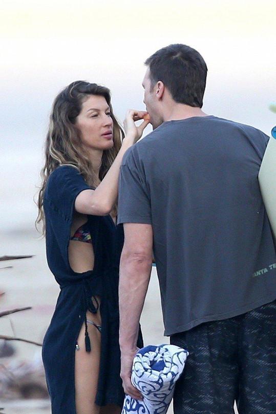 Gisele láskyplně krmila manžela Toma Bradyho.