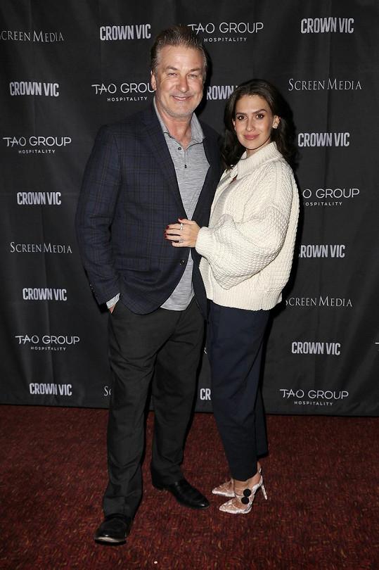 Hilaria Baldwin s manželem Alecem, jemuž zprávu oznámila ve videu, které sdílela s fanoušky.