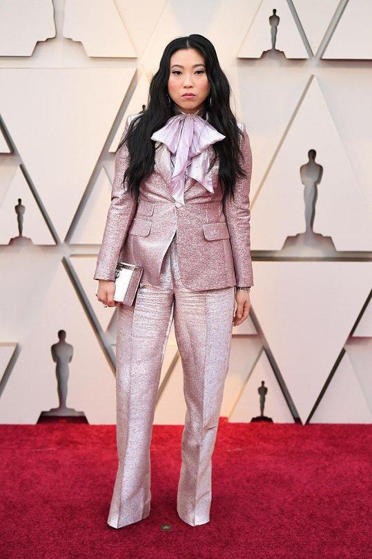 Asi ani tolik nevadí, že se raperka Awkwafina vzdala klasické velké večerní a dala přednost pánskému stylu. Krejčovské provedení metalického obleku Dsquared2 je ale tristní.