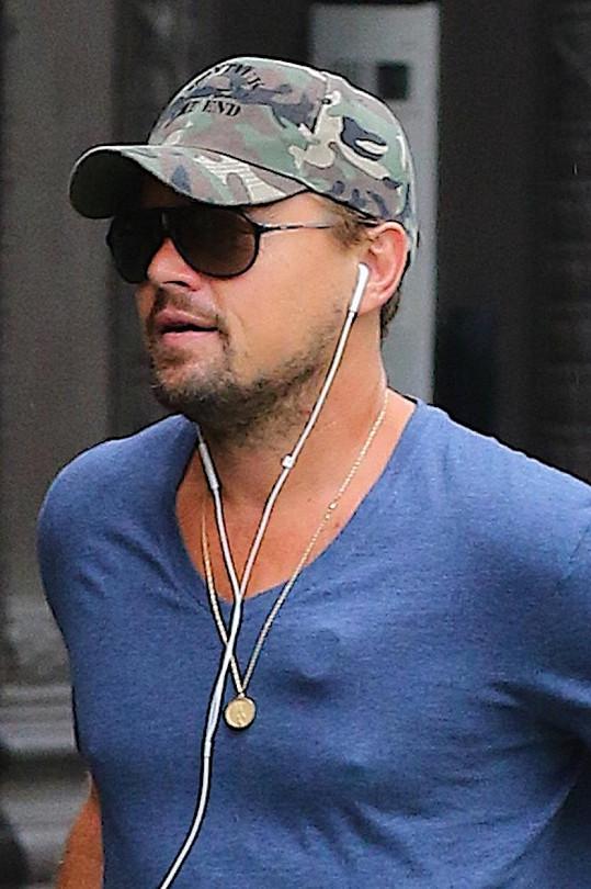 Pod tričkem na hrudi měl Leo cosi zvláštního.