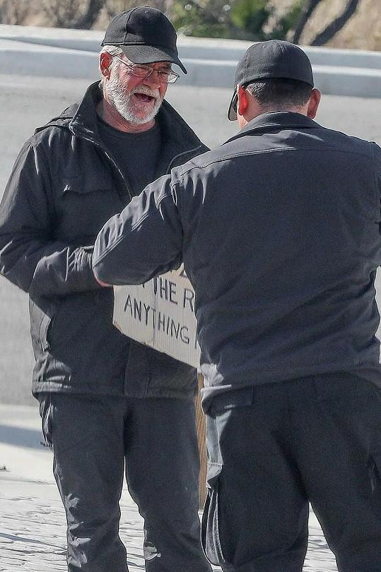 Finanční pomoc mu předal jeho osobní strážce.