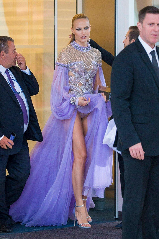 Kalhotky jí ladily s róbou.