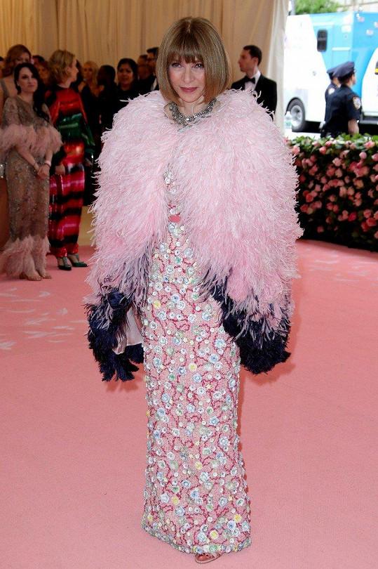 Je už tradicí, že Anna Wintour pro podobné příležitosti neobléká nic jiného, než Chanel. Tentokrát pro ni byl vytvořen model zdobený pajetkami s kabátkem z rajčího peří.