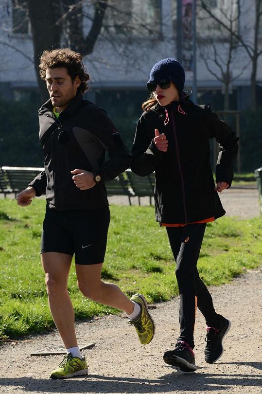 Křehká Allegra minulý týden běhala se svým trenérem Claudiem Mangiarottim.