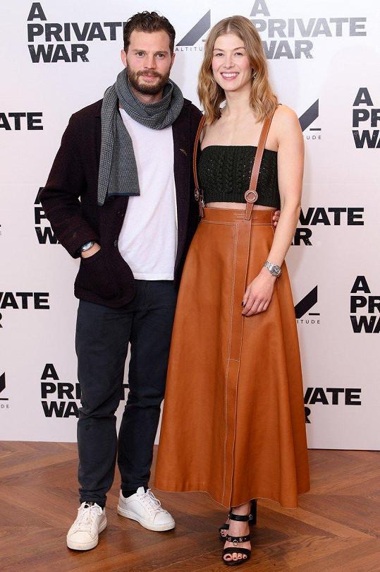 Rosamund Pike a Jamie Dornan na londýnské premiéře filmu A Private War