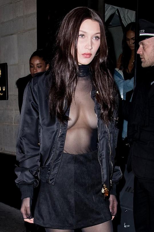 Bella se v pátek zřejmě obešla bez nálepek přes bradavky.
