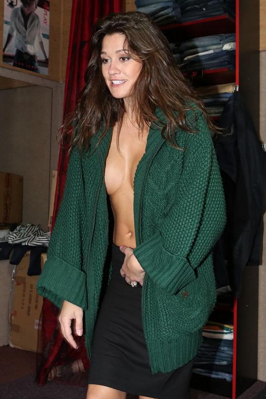 V obchodě se modelka spíše svlékala, než oblékala.