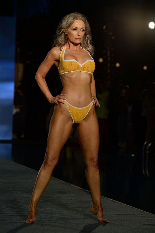 Předváděla i sedmapadesátiletá herečka a modelka Kathy Jacobs