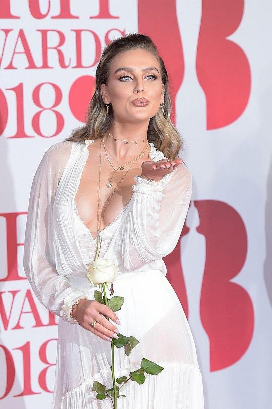 S takovým dekoltem byla Perrie Edwards vidět pro změnu o den dřív na udělování hudebních cen Brit Awards.