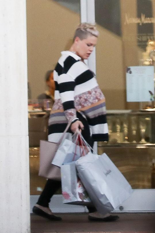 Pink zabrala s kupou tašek skoro celý chodník...