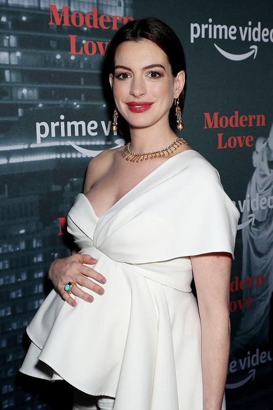 Anne Hathaway na slavnostním uvedení seriálu Modern Love