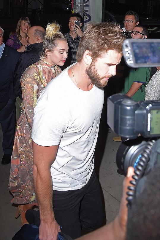 Doprovod jí dělal snoubenec Liam Hemsworth.