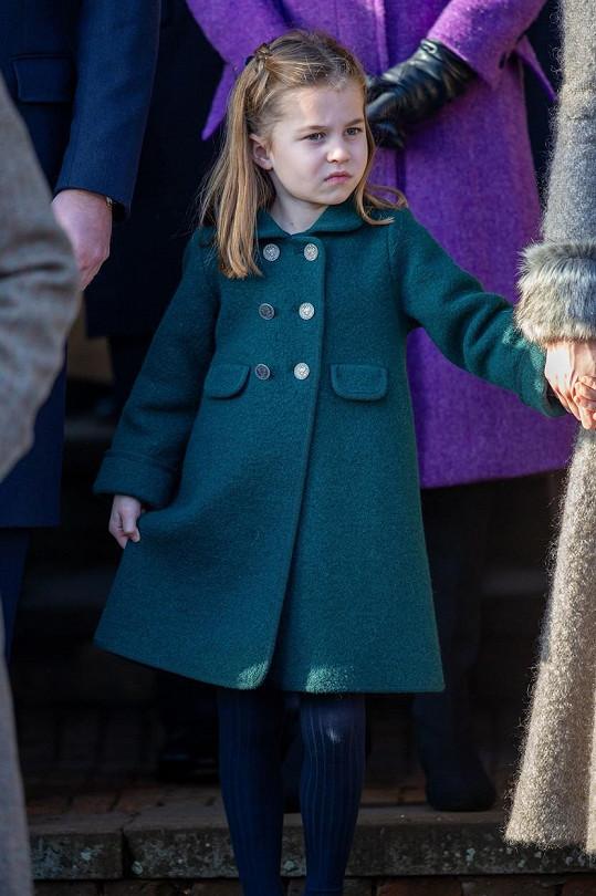 Čtyřletá princezna Charlotte se poprvé zúčastnila vánoční mše v Sandringhamu.
