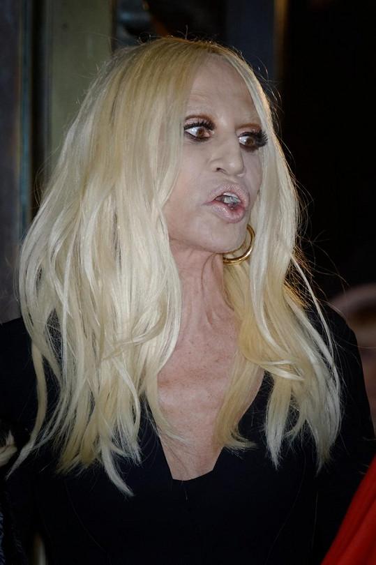 Na přehlídce Donatella moc parády nenadělala.