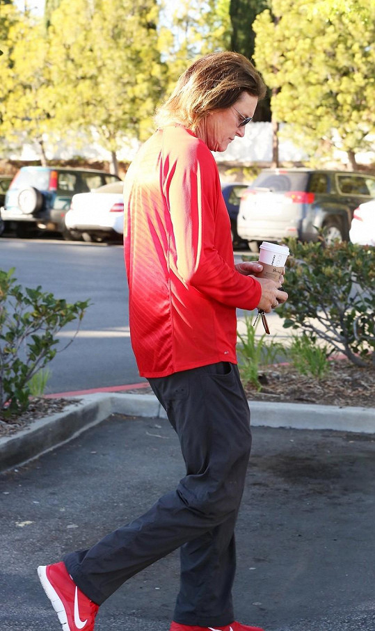 Posmutnělý Bruce Jenner si odnáší svou denní porci kofeinu.