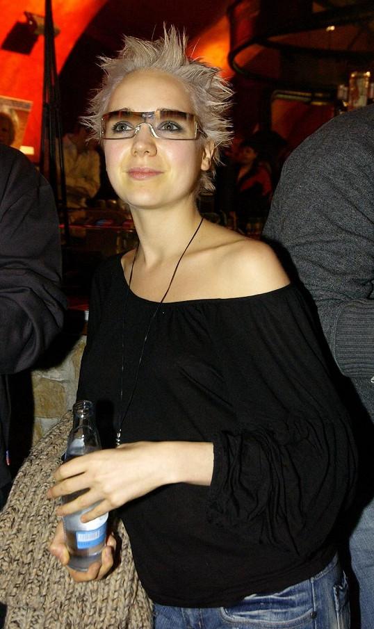 """Lucie Vondráčková nosila před pár lety ulítlý účes á la """"vrabčák""""."""