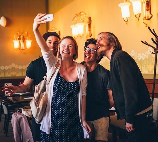 Marie a Marek si pořizují selfie s kamarády Janem Cinou a Petrem Vančurou.