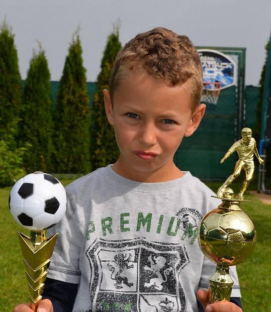 Sedmiletý Niky se věnuje fotbalu.