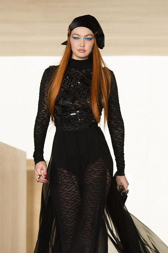 Oblékla převážně černou.