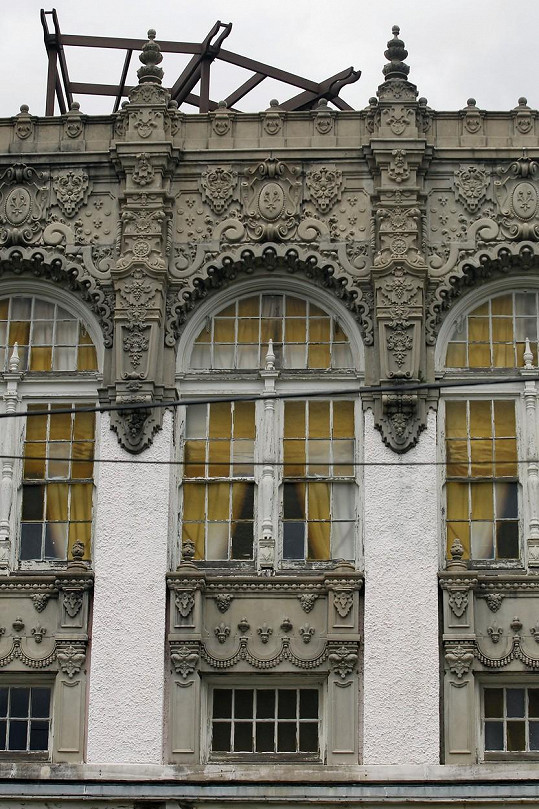 Budova se zajímavými exteriéry pochází z roku 1925.