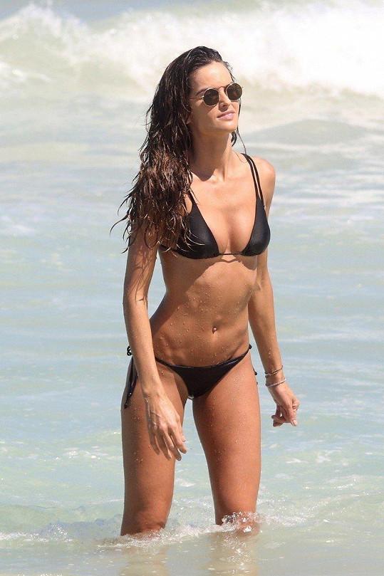 Izabel Goulart se opaluje na pláži Copacabana.