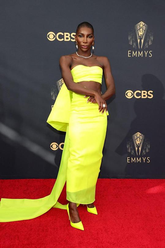 Cenu za nejvýraznější barvu šatů získává... Michaela Coel. Autorem jejího modelu je Christopher John Rogers.