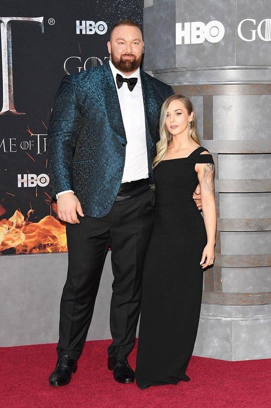 Představitel Hory ze Hry o trůny s manželkou