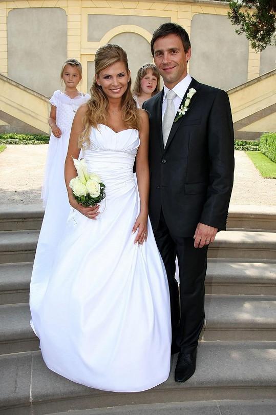 Roman Vojtek na svatební fotografii s novomanželkou Terezou