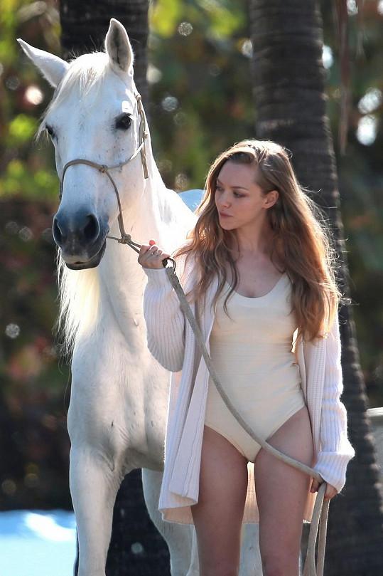 Amanda Seyfried zaměstnala i koníka...