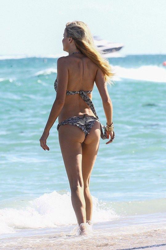 Na pláži v Miami si nyní užívá pozdního sluníčka.
