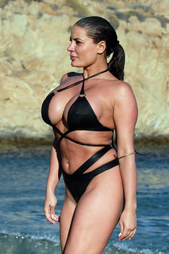 Lexy Stevens provokovala na pláži.