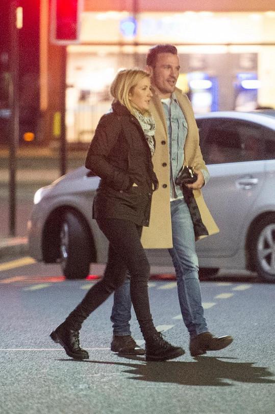 Ellie a Bobby už se veřejně scházejí i po večerech.