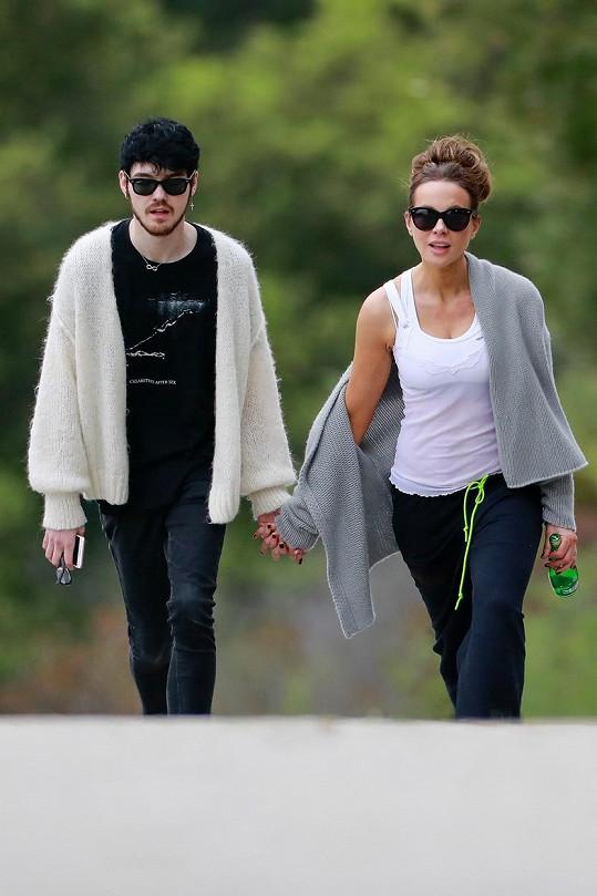 Aktuálně randí s rockerem Goodym Gracem, který je o 22 let mladší.