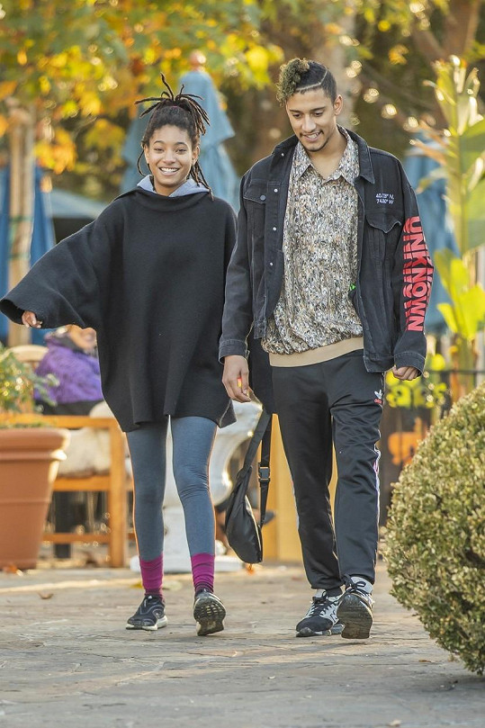 Aktuálně je ale ve vztahu s jedním partnerem, hudebníkem Tylerem Colem.