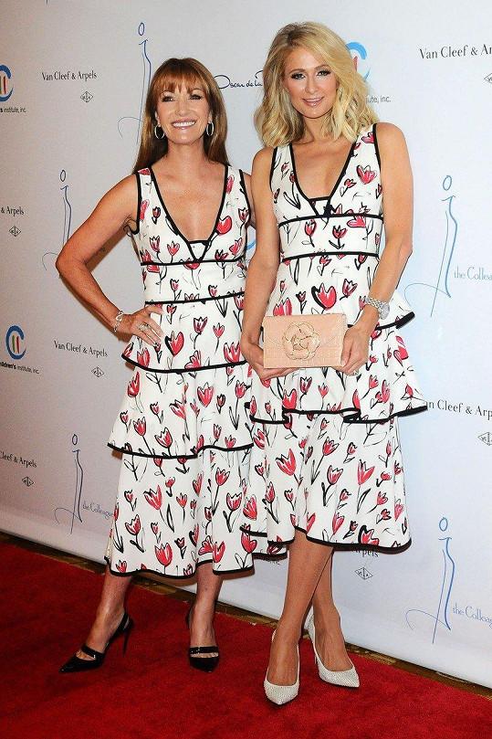 Jane Seymour a Paris Hilton se sešly v totožných šatech značky Oscar de la Renta na módní akci s charitativním podtextem.