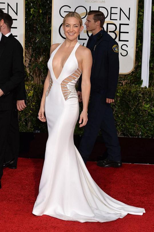 Ušatá herečka Kate Hudson v rafinovaně řešeném modelu z ateliéru Versace