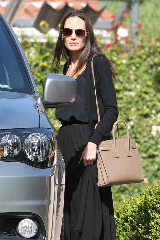 Angelina Jolie chřadne.