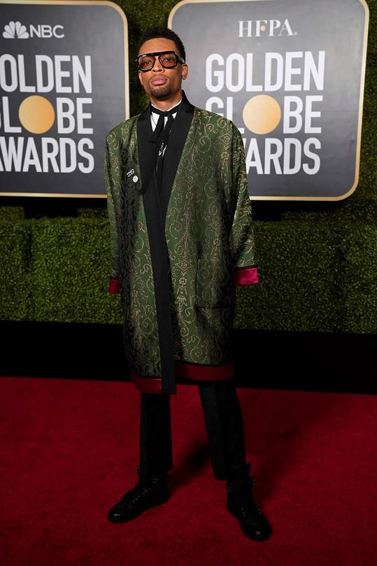 Přes klasický smoking Gucci s černou vázačkou přehodil Jackson Lee hedvábný kabátek ve stylu županu.
