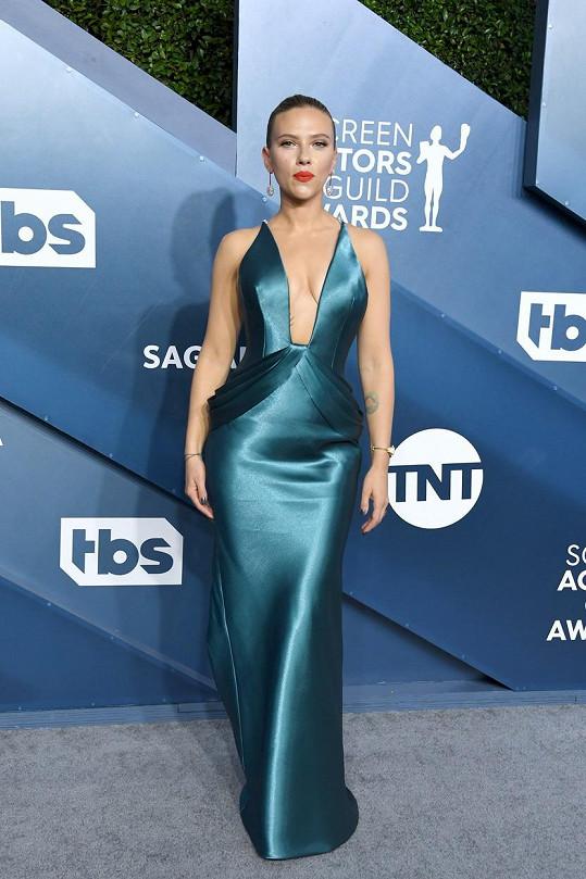 U Scarlett Johansson fanoušci hluboký výstřih vždycky ocení.