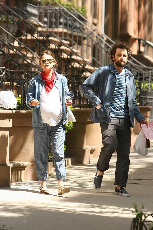 Těhotná Keri se svým partnerem a seriálovým manželem Matthewem Rhysem