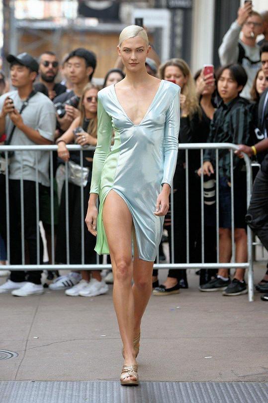 Topmodelka Karlie Kloss (25) předvedla na přehlídce Baja East tyto nádherné šaty.