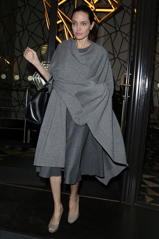 Jolie při odchodu z restaurace, kde diskutovala s britským politikem Williamem Haguem.