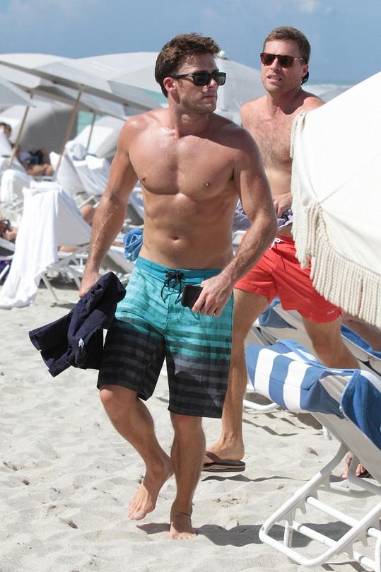 Scott je typický plážový playboy...