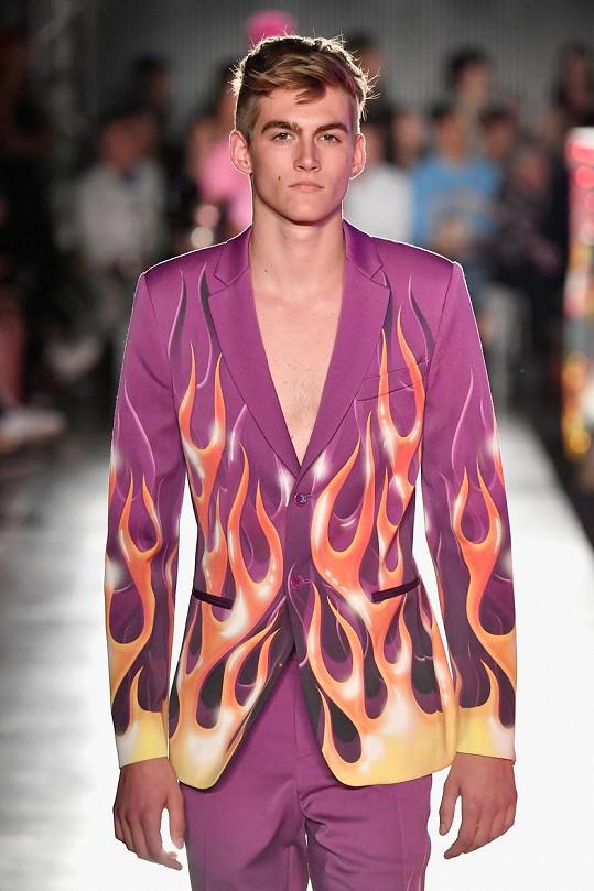 Předváděl tento model z nejnovější kolekce značky Moschino.